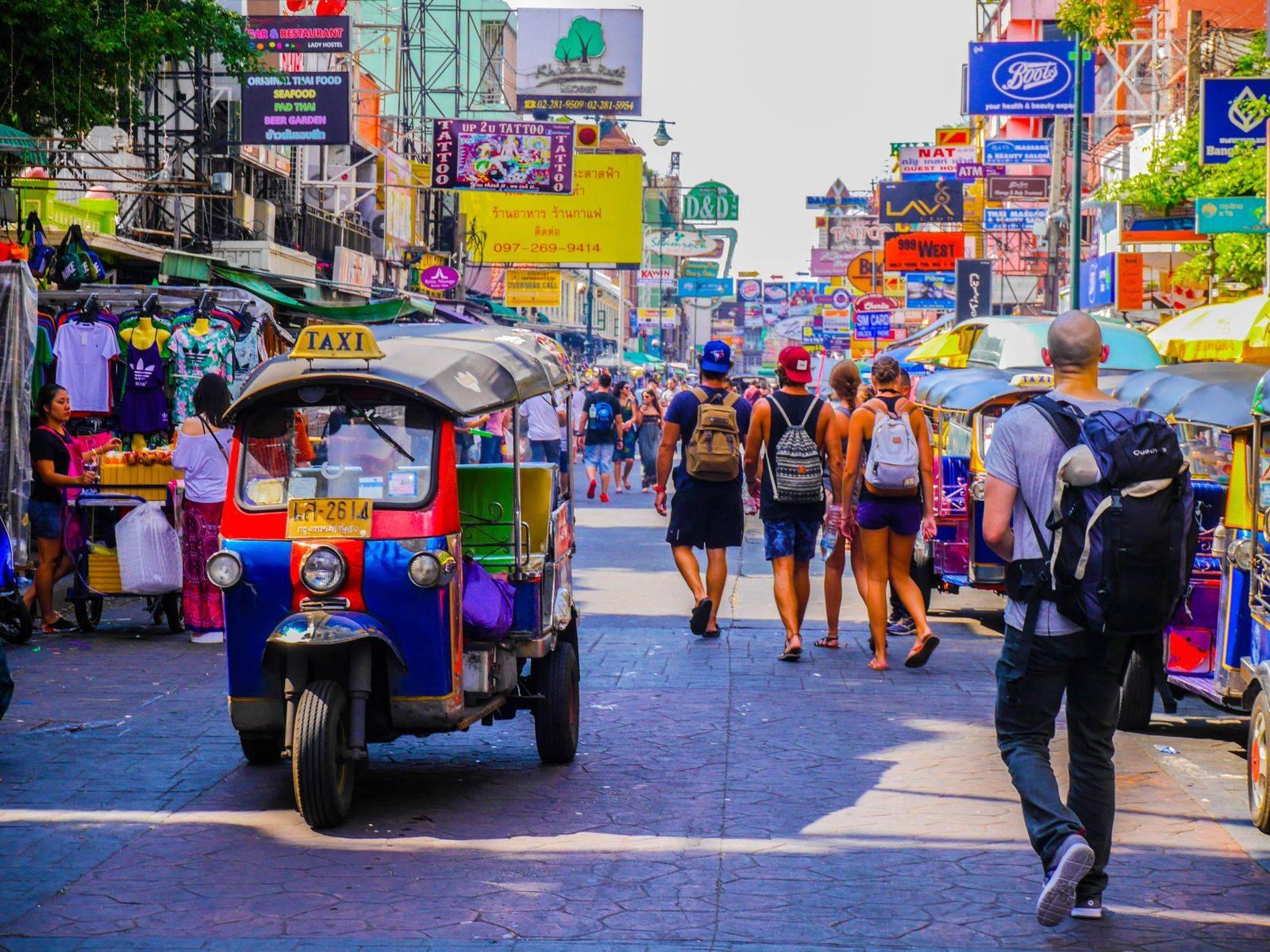 Sightseeing and shopping trip around Bangkok by MUU
