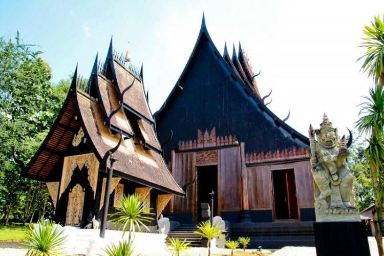 Yin & Yang: Chiang Rai White Temple Blue Temple & Black House Tour