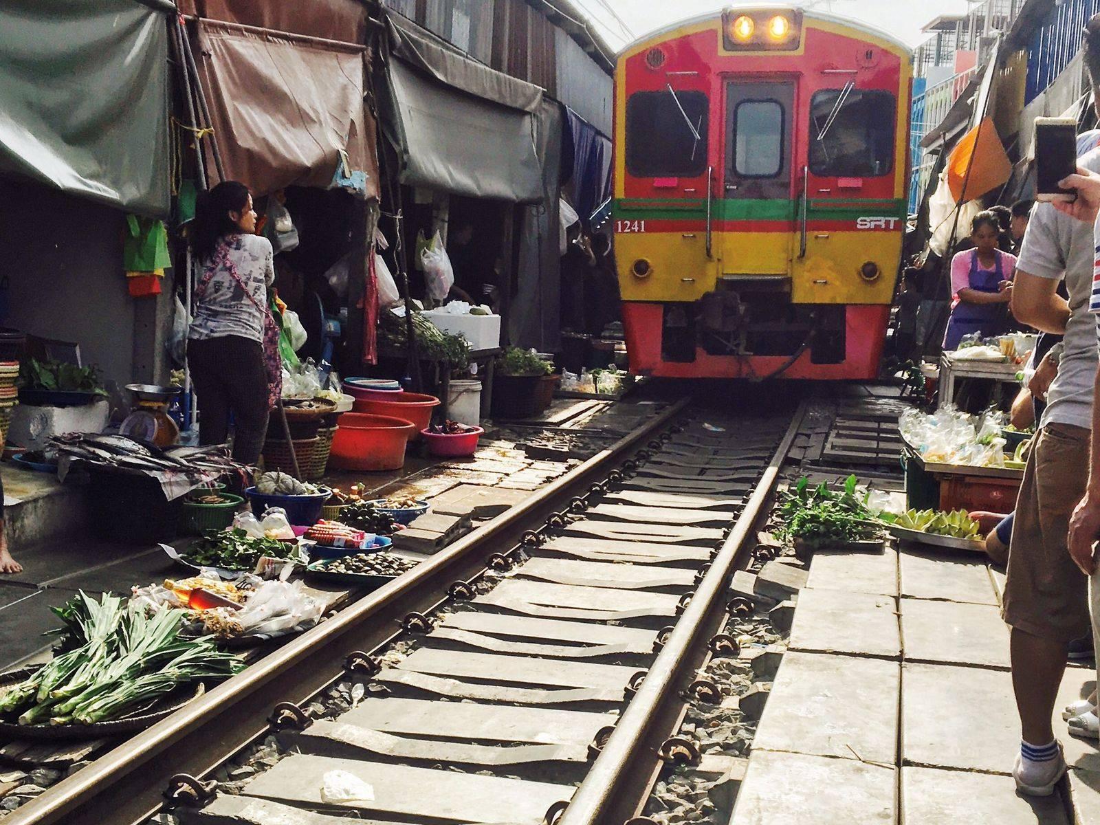 2 Markets 1 Temple: Damnoen Saduak Floating Market, Umbrella Train Market & Giant Stupa