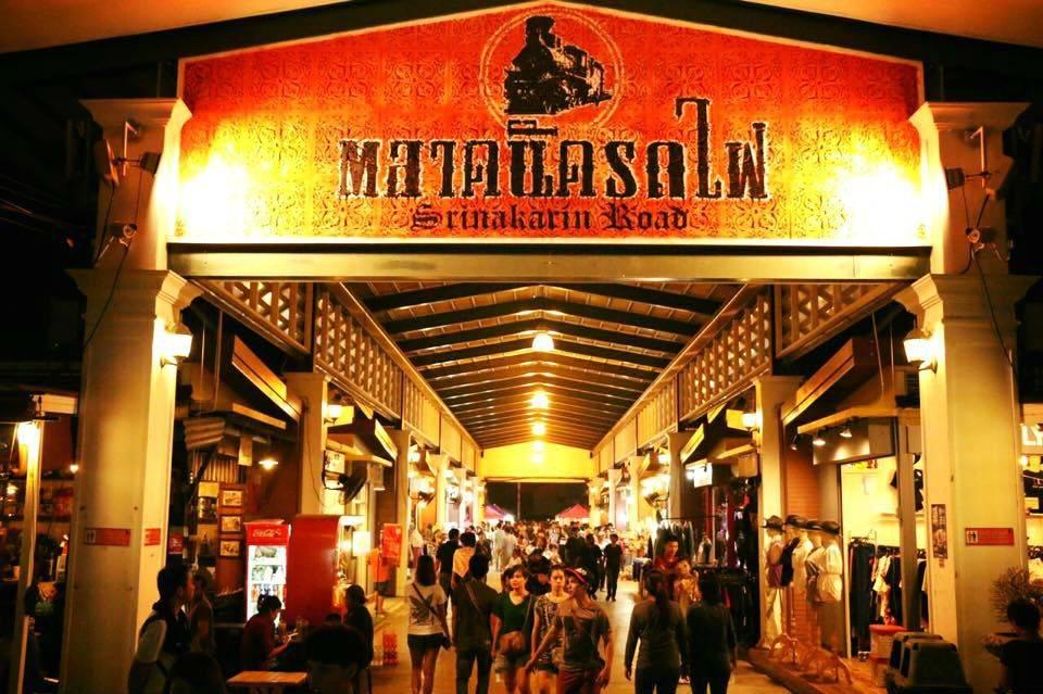 Shopping at Ta Lad Rod Fi (Srinakarin Night Market)