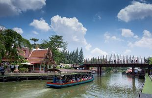 Awesome Floating Market and Offering to Monk!