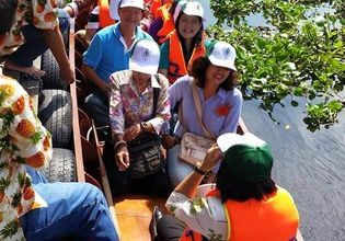 Taking a small boat to see the life of the people along the canal