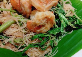 Fried noodles with prawns and water mimosa