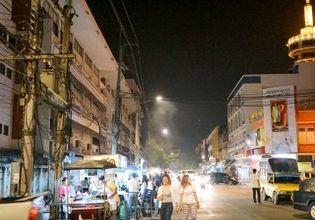 Eat dinner at Khun Krai night food road