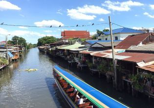 Thai river side life style.