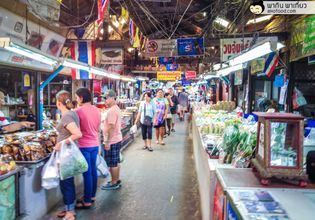 A historical market 100 years where you can find the best of Thai foods and Thai desserts.