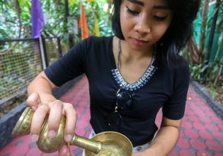 Offerings in Monk's Alms Bowls - A Tour with Local Expert to Learn Local Culture