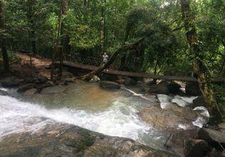 Visiting beautiful Pliew waterfall.