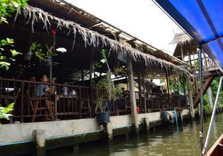 Latmayom floating market