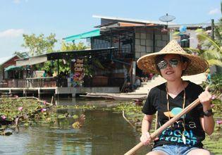 Visit Red Lotus Pond and Try Lotus Petal Snack
