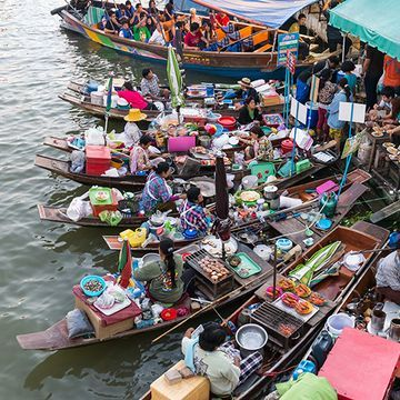 Enjoy Eating Authentic Thai Foods and Sweets at Floating Market