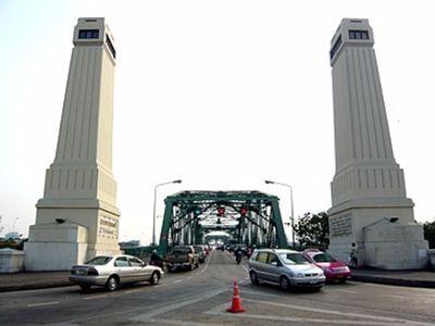 Memorial Bridge nearby flower market