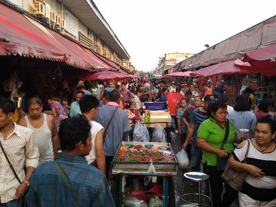 To the busy community of Klong Toey Fresh Market