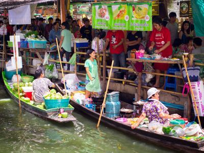 A Perfect Floating Market Day with Your Home-cooked Pad Thai