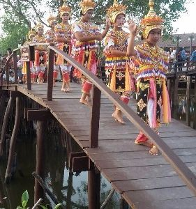 Learn and Share with 100 years community and Southern Thai tradition Arts